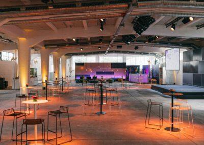 Mischbestuhlung mit Bühne + Bar im Hintergrund